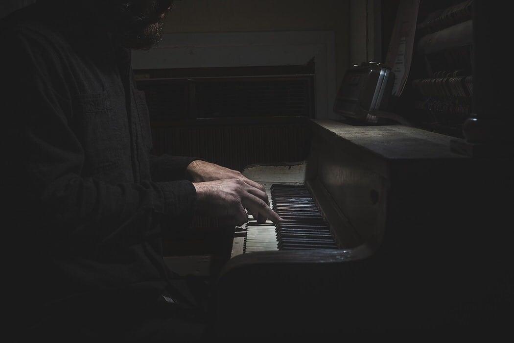Der Klavierspieler und eine Stimme