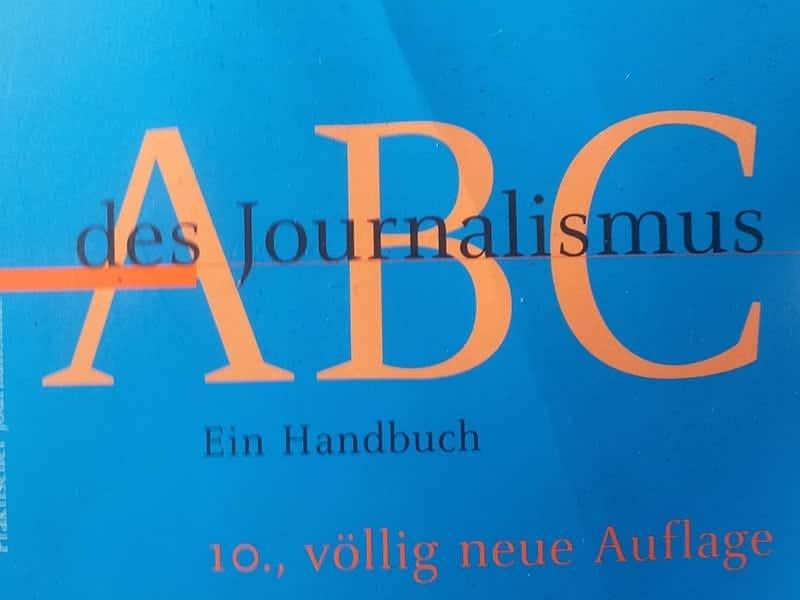 """Das Buch """"ABC - des Journalismus"""" von Claudia Mast sollte jeder Journalist und PR-Expterte in seinem Schrank stehen haben."""